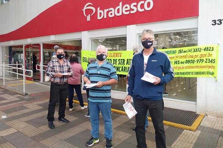 Diretores do Sindicato de Londrina na atividade realizada na agência Praça Willie Davids, do Bradesco