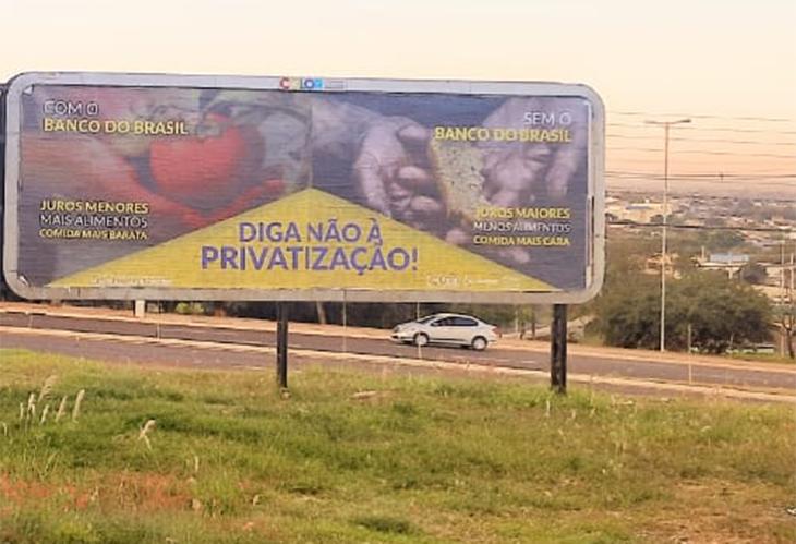 A campanha em defesa do BB no outdoor na esquina da Av. Jorge Casoni com a Av. Leste-Oeste