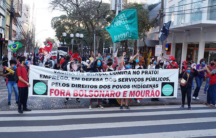 Manifestantes percorreram o Calçadão de Londrina exigindo o impeachment do presidente Bolsonaro - Fotos: Armando Duarte Jr.