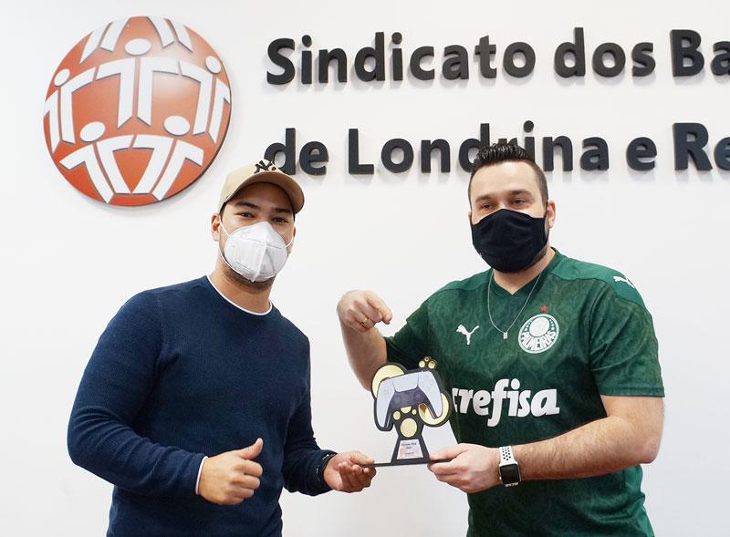 O coordenador do Campeonato, Levi Ribeiro, entrega o troféu de campeão a Renan Souza e Silva