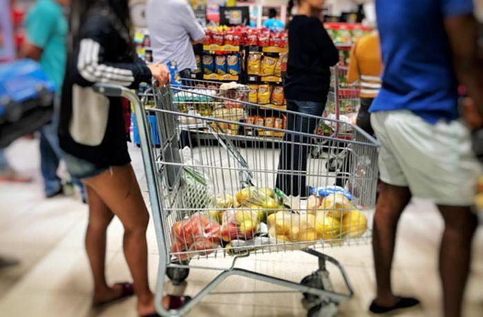 Com disparada de preços, salário mínimo ideal deveria ser 5 vezes maior do que o atual