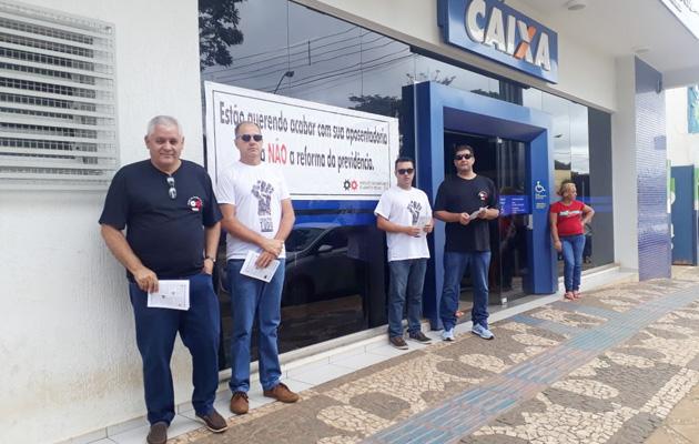 Manifestação do Sindicato de Arapoti na agência da Caixa mobilizou bancários, clientes e usuários na defesa da Previdência pública