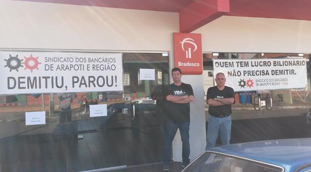 José Ubiraci de Oliveira e Carlos Roberto de Freitas, do Sindicato de Arapoti, no protesto na agência do Bradesco