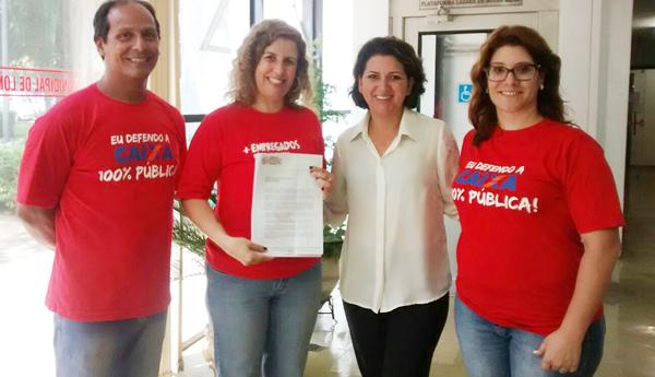 A presidenta do Sindicato de Londrina, Regiane Portieri, com os secretários Amaury Soares e Gisa Bisotto, na entrega do documento à vereadora Lenir de Assis