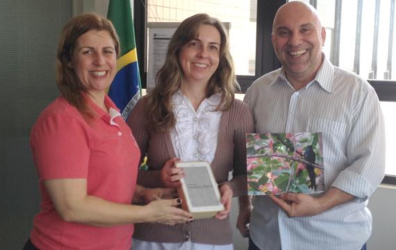 Liliane Assumpção recebeu o prêmio de Regiane Portieri, presidenta do Sindicato de Londrina, e de Wanderley Crivellari, coordenador da Regional Vida Bancária