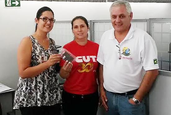 Bancária do Bradesco recebe a homenagem dos diretores do Sindicato de Arapoti Valéria Vilela Wanderley e Carlos Roberto de Freitas