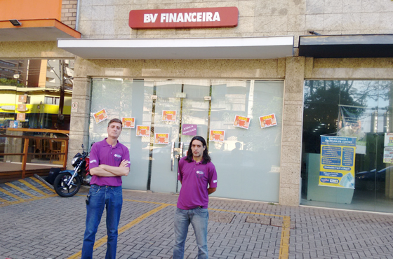 Os diretores Cesar Caldana e Lupinha Moretto em mais um protesto contra demissões na BV Financeira em Londrina