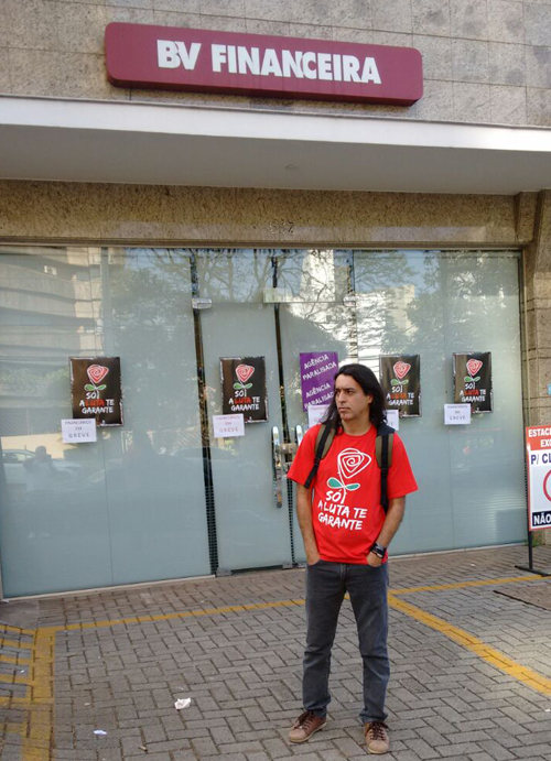 Lupinha Moretto, diretor do Sindicato de Londrina, coordena a greve na BV Financeira