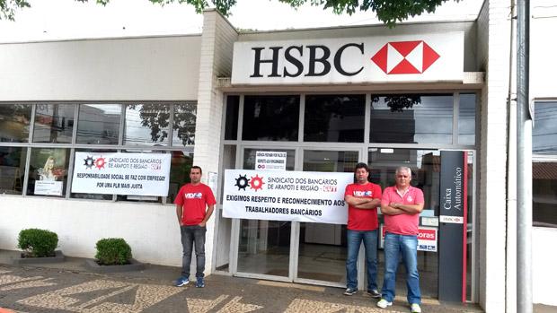 Os diretores do Sindicato de Arapoti, Alex Almeida, José Ubiraci de Oliveira e Carlos Roberto Freitas no protesto na agência do HSBC