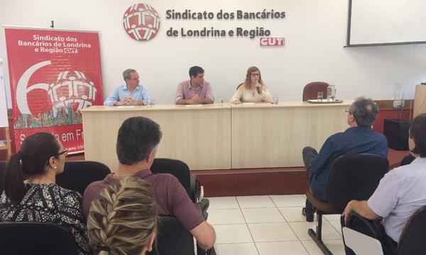 A presidenta do Sindicato de Londrina, Regiane Portieri, agradece o vereador Nantes (à esq.), na cerimônia de assinatura da Lei 12.562, sancionada pelo prefeito Marcelo Belinati
