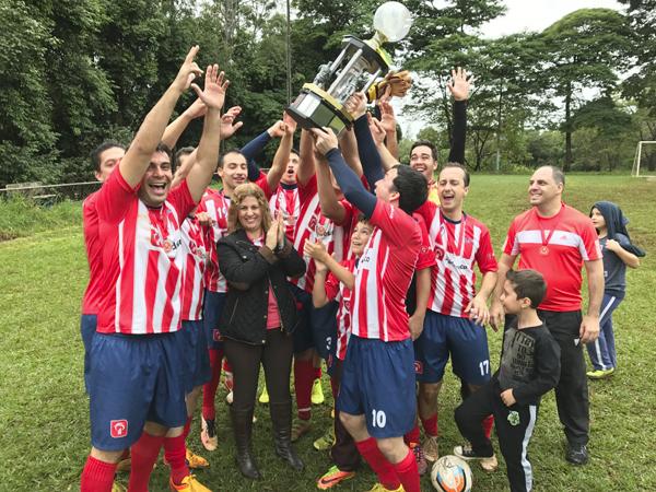 A presidenta do Sindicato de Londrina, Regiane Portieri, entrega o troféu de campeão do Bradesco Guaporé/10 de Dezembro