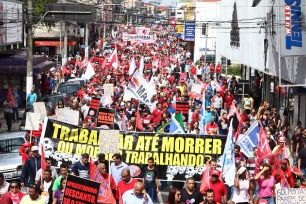Pressão das ruas para impedir a aprovação da reforma na Câmara dos Deputados é a saída do ex-ministro Carlos Gabas para garantir uma aposentadoria decente