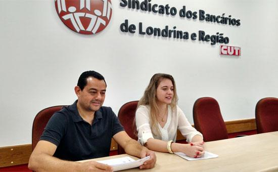 Acácio dos Santos, diretor do Sindicato de Londrina e funcionário do Santander, com Luara Scalassara, da assessoria jurídica, comentam a a ação