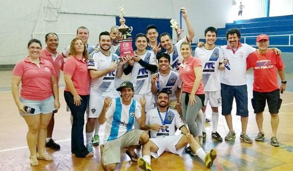 A equipe PLR United comemora a conquista do Torneio de Futsal 2017 ao lado de dirigentes do Sindicato de Londrina
