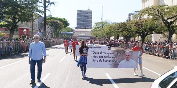 O Grito dos Excluídos encerrou o desfile do Dia da Independência do Brasil realizado ontem (7/09), em Apucarana