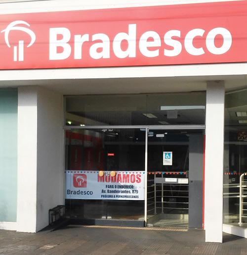Faixa na porta comunica o encerramento, hoje (22/09), das datividades de uma das duas agências que o Bradesco tem Bandeirantes