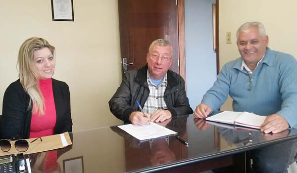 O presidente do Sindicato de Arapoti, Carlos Roberto de Freitas (à dir.), auxiliou o ex-empregado da Caixa a analisar a proposta do banco