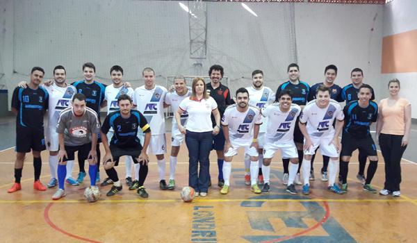 A presidenta do Sindicato de Londrina, Regiane Portieri, e a secretária de Saúde, Kelly Menegon, prestigiaram o início do Torneio de Futsal 2017