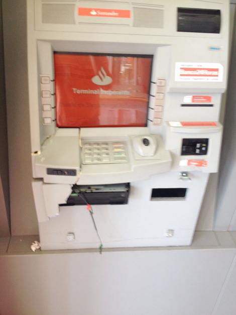 Um dos caixas eletrônicos foi danificado durante a ação dos bandidos