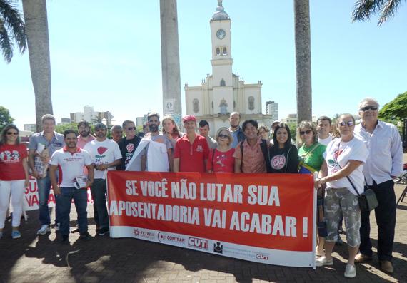 Dirigentes do Sindicato de Apucarana com lideranças de outras entidade no Ato Público deste dia 31/03