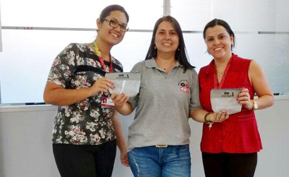 Valéria Wanderley (no meio), com bancárias do Bradesco em Figueira, na entrega dos brindes pelo Dia Internacional da Mulher