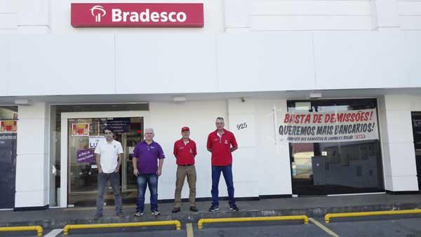 Diretores do Sindicato protestam contra a 20ª demissão efetuada pelo Bradesco este ano na base de Londrina