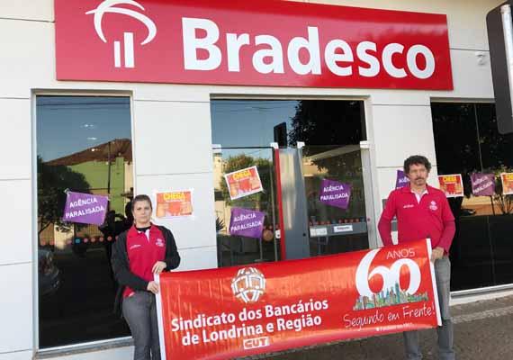 Sindicato protesta no Bradesco em Bela Vista do Paraíso, onde foi demitida uma bancária que trabalhou 29 anos no HSBC