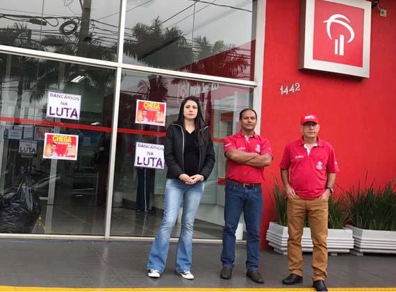 A agência do Bradesco na Av. Saul Elkind está paralisada hoje (14/06) em protesto contra a rotatividade