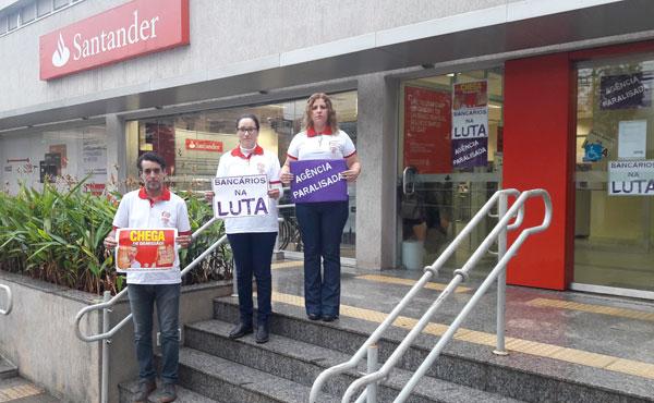 Dirigentes do Sindicato de Londrina exigem o fim das demissões durante novo protesto no Santander