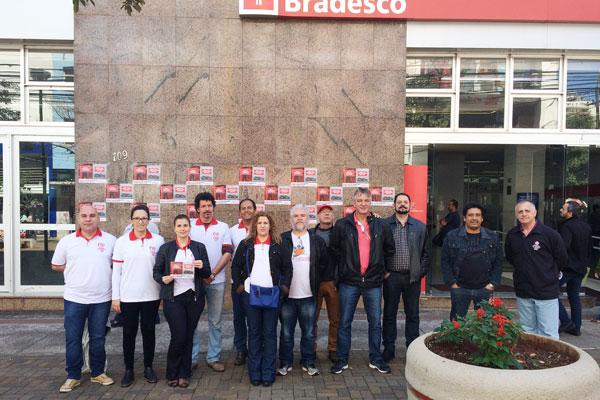 Dirigentes do Sindicato de Londrina na atividade desta terça-feira (22/08) no prédio central do Bradesco