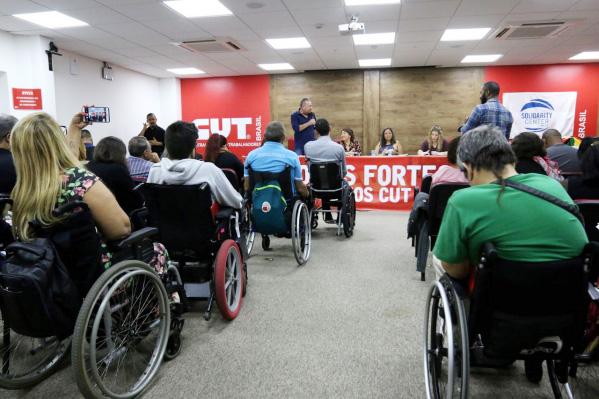 Delegados presentes ao evento debatem formas de resistência contra a discriminação dos PCDs - Foto: Roberto Parizotti