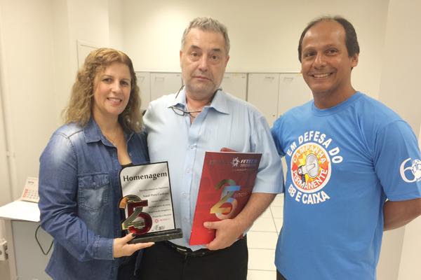 Natal Pires Cardoso (centro), recebeu a placa de homenagem da Fetec-CUT/PR das mãos de Regiane Portieri, presidenta do Sindicato de Londrina e do diretor Amaury Soares