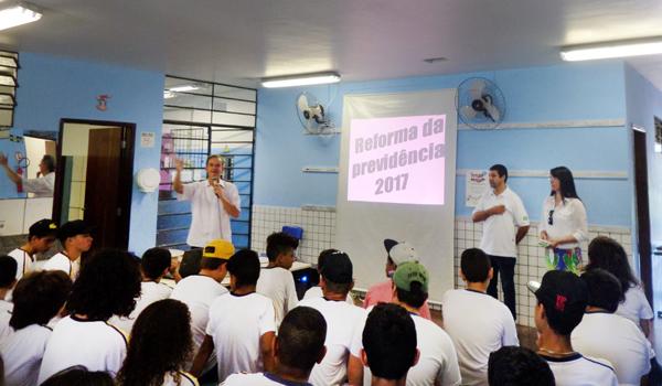 José Roberto Brasileiro, diretor do Sindicato de Apucarana, falou apontou aos estudantes os prejuízos que a reforma trará