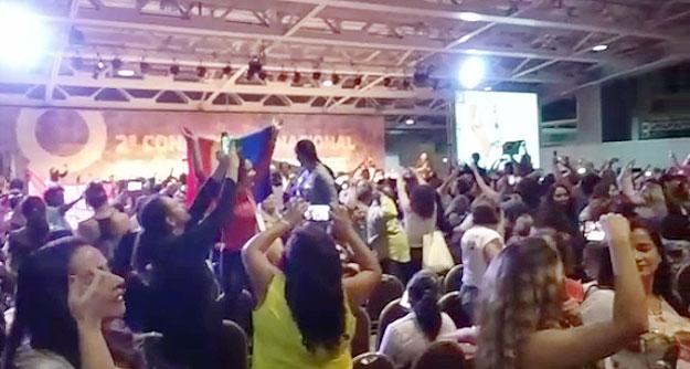 """Delegadas do evento entoaram  a frase """"Fora golpista"""" e ficaram de costas enquanto o ministro Ricardo Barros tentava discursar"""