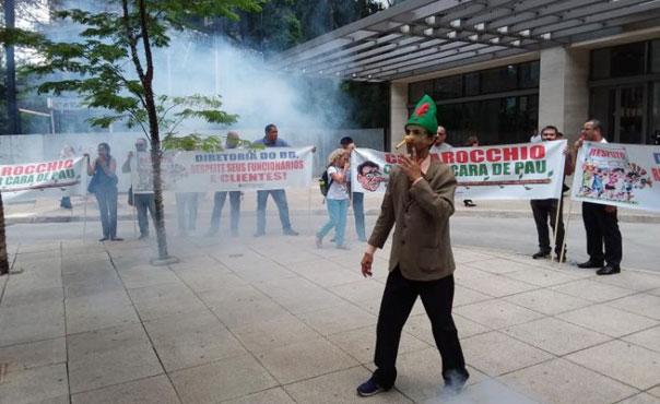 No protesto contra a falta de transparência da diretoria do BB teve fumaça, faixas e até o Pinóquio