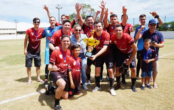 Os jogadores do Bradesco Guaporé  vibram com o troféu de campeão de Futebol Suíço de Londrina