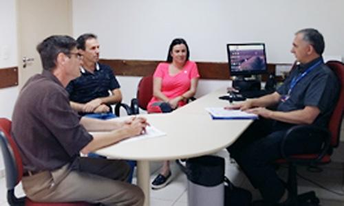 Cesar Caldana (à esq.), diretor do Sindicato de Londrina, coordenou a reunião da CCV com a Caixa