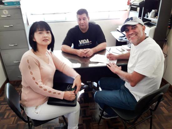 José Ubiraci de Oliveira, responsável pela CCV do Sindicato, com a representante da Caixa, Sonia Tashima, e o aposentado Luiz Aranda