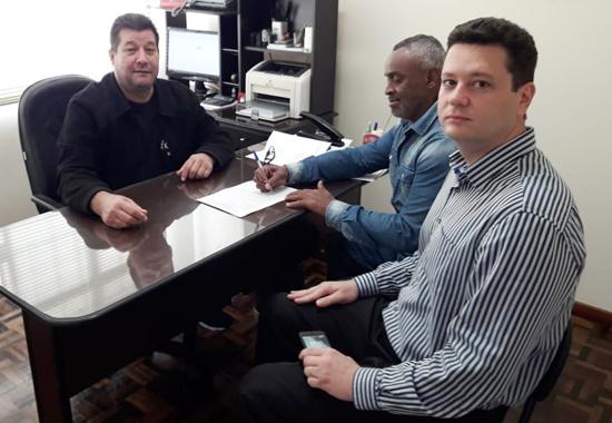 José Ubiraci de Oliveira, coordenador da CCV, com o aposentado Osmar Gonçalves e o representante da Caixa,  Alain Rafael Bottega