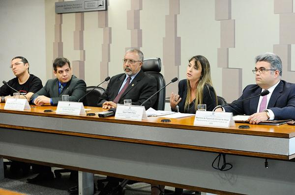 O senador Paulo Paim, vai apresentar na sessão de quinta-feira (10/05) o relatório sobre o Estatuto do Trabalho - Foto: Geraldo Magela/Agência Senado