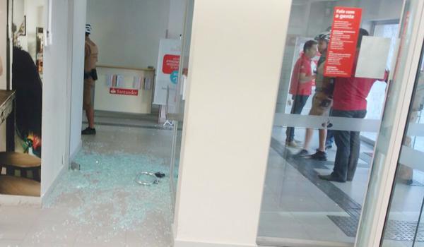 A quadrilha quebrou uma porta de vidro para acessar a parte interna da agência