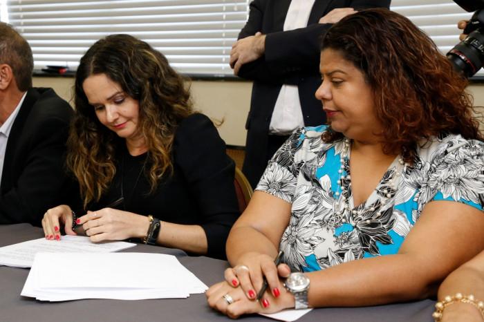 Juvandia Moreira e Ivone Silva, da coordenação do Comando Nacional dos Bancários, assinam a CCT 2018/2020 - Foto: Débora Nis -Sem Cortes Filmes
