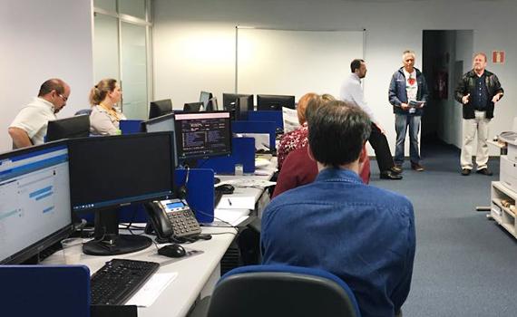 Geraldo dos Santos, diretor da Fetec-CUT/PR, e o ex-diretor do Sindicato de Londrina, Paulo Lima, orientam funcionários do BB a votar NÃO na reforma do Estatuto da Cassi