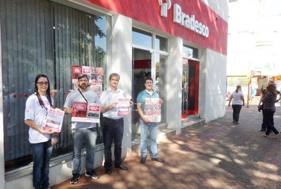 No protesto, o Sindicato denunciou a falta de funcionários e o acúmulo de serviços nas agências
