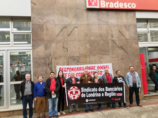 Sindicato protesta por contratações no Bradesco