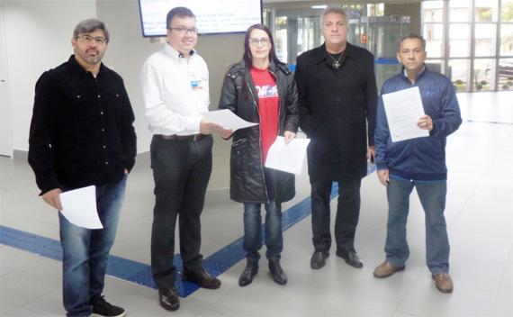 Durante as atividades, dirigentes do Sindicato de Apucarana distribuíram informativo sobre ataques ao Saúde Caixa