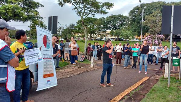 O Ato Público realizado pelo Coletivo de Sindicatos reuniu cerca de 200 pessoas no Centro Cívico de Londrina