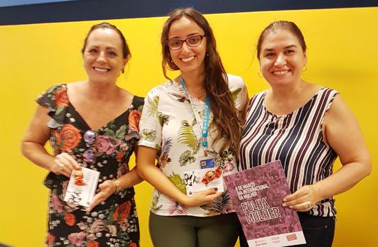 A diretora Rosemari Zanin e a presidenta do Sindicato de Apucarana, Maria Salomé Fujii, distribuindo o brinde para funcionária da agência Novo Arapongas, do Banco do Brasil