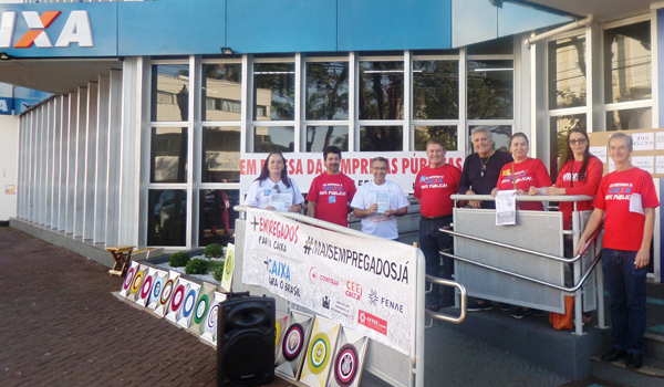 Com cartazes, faixas e som dirigentes do Sindicato de Apucarana destacaram a luta em defesa das estatais