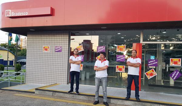 Diretores do Sindicato denunciaram o enxugamento de pessoal durante protesto na agência do Bradesco